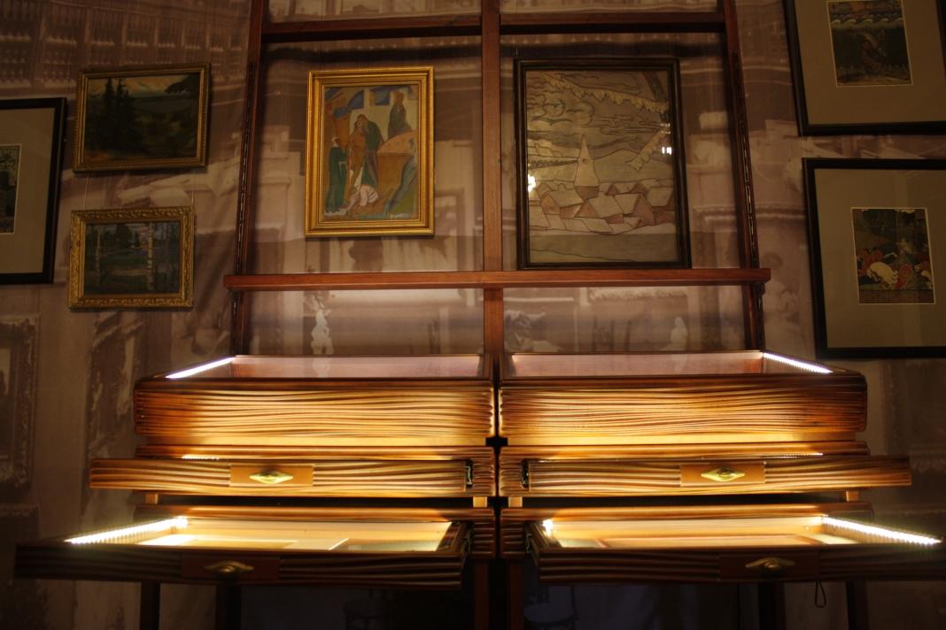 Витрина, стилизованная под мольберт, содержащая экспонаты о педагогической и просветительской деятельности Н. К. Рериха в Императорском Обществе поощрения художеств 1898–1917.